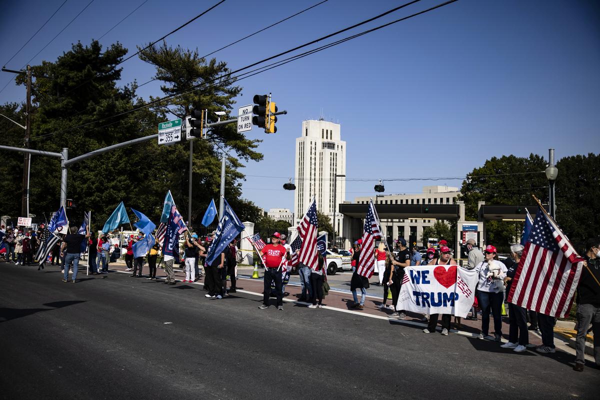2020年10月4日,特朗普總統的支持者聚集在馬里蘭州沃爾特‧里德國家軍事醫學中心外。(Samuel Corum/Getty Images)