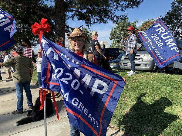 選民歐馬利(Cindy Omalley)說,她不願意再做沉默的大多數,因此決定參加集會,支持特朗普。(姜琳達/大紀元)