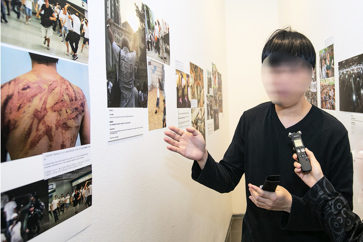 2019年11月16日,首爾,前來參觀「前因後果」照片展現場的訪客。(全景林/大紀元)