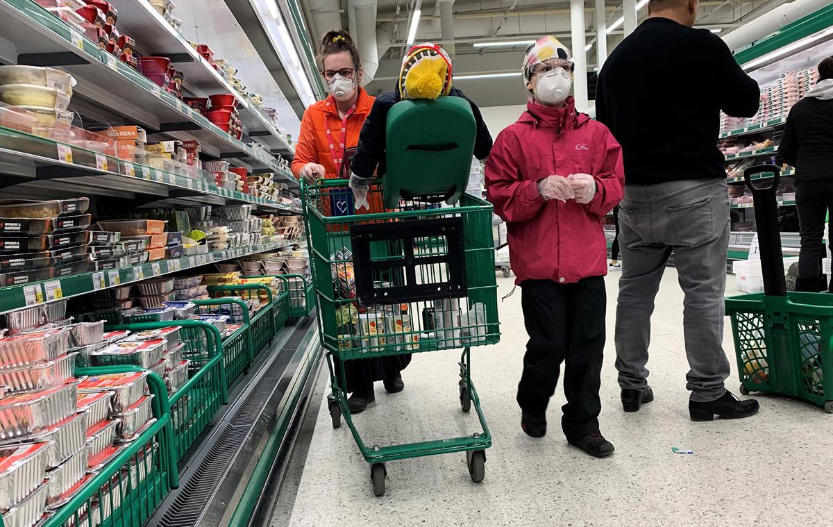 芬蘭政府周三(4月8日)表示,向北京購買的200萬個防護口罩「都不合格」,無法在醫院使用。圖為2020年3月28日芬蘭民眾戴口罩在超市購物。(Olivier MORIN/AFP)