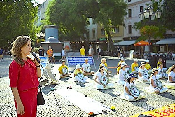 首都布拉迪斯拉發(Bratislava)老城市市長祖扎娜.奧弗里希托娃(Zuzana Aufrichtova)在集會上發言,支持法輪功反迫害。(明慧網)