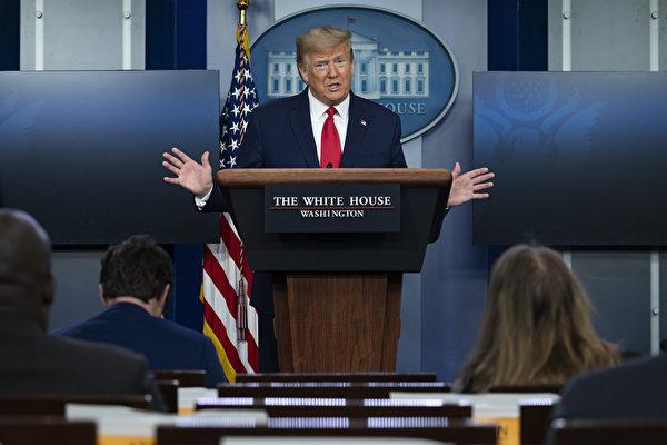 特朗普總統4月18日主持簡報會。(JIM WATSON / AFP)