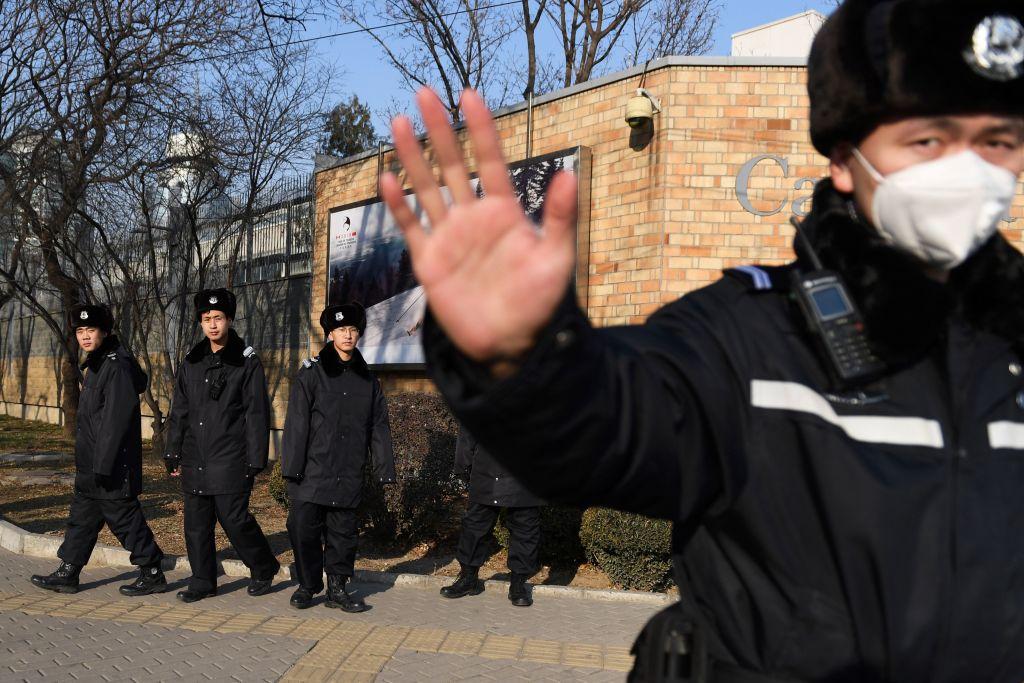 2018年12月,加拿大按加美引渡條約的規定,逮捕了在美國被控欺詐等罪的華為財務總監孟晚舟。幾天後,中共當局以「危害國家安全」為由扣押了加拿大公民康明凱(Michael Kovrig)和斯帕弗(Michael Spavor)。此舉被普遍認為是中共針對加拿大的「人質外交」手段。圖為中共警察2018年12月14日在加拿大駐北京大使館前巡邏。(GREG BAKER/AF/Getty Images)
