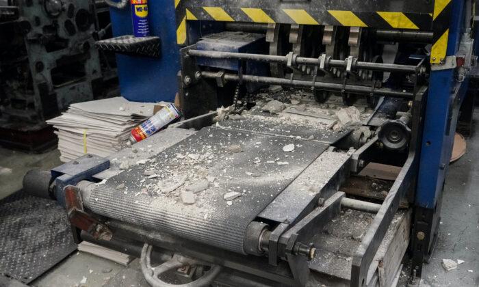 承印香港大紀元報紙的大紀元新時代印刷廠2021年4月12日清晨遭刑毀。暴徒除了用長柄重型鐵鎚猛擊印刷機器外,還將混擬土塊傾倒在機器上。(余鋼/大紀元)