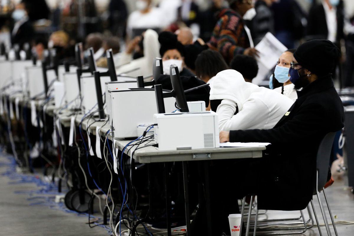 美國共和黨參議員克魯茲(Ted Cruz)呼籲調查計票軟件。圖為2020年11月4日,美國密歇根州底特律,工作人員在TCF會議中心進行總統大選的計票程序。(JEFF KOWALSKY/AFP via Getty Images)