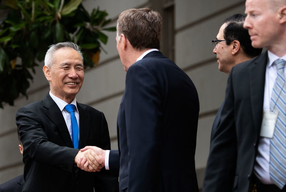 圖為中共國務院副總理劉鶴(左一)在5月10日前往美國貿易代表辦公室與美方代表進行第二天的第十一輪貿易磋商。(SAUL LOEB/AFP/Getty Images)