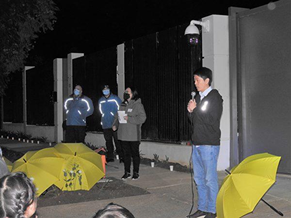 2021年6月4日晚,在阿德萊德中領館前的六四燭光悼念活動中,活動主辦者、流亡澳洲的前香港議員許智峯(Ted Hui)表示,要讓中領館裏面的官員聽到人們為六四遇難者及其家屬發出的聲音,也讓國際社會知道人們仍將繼續為民主和自由而戰。(李倩西/大紀元)
