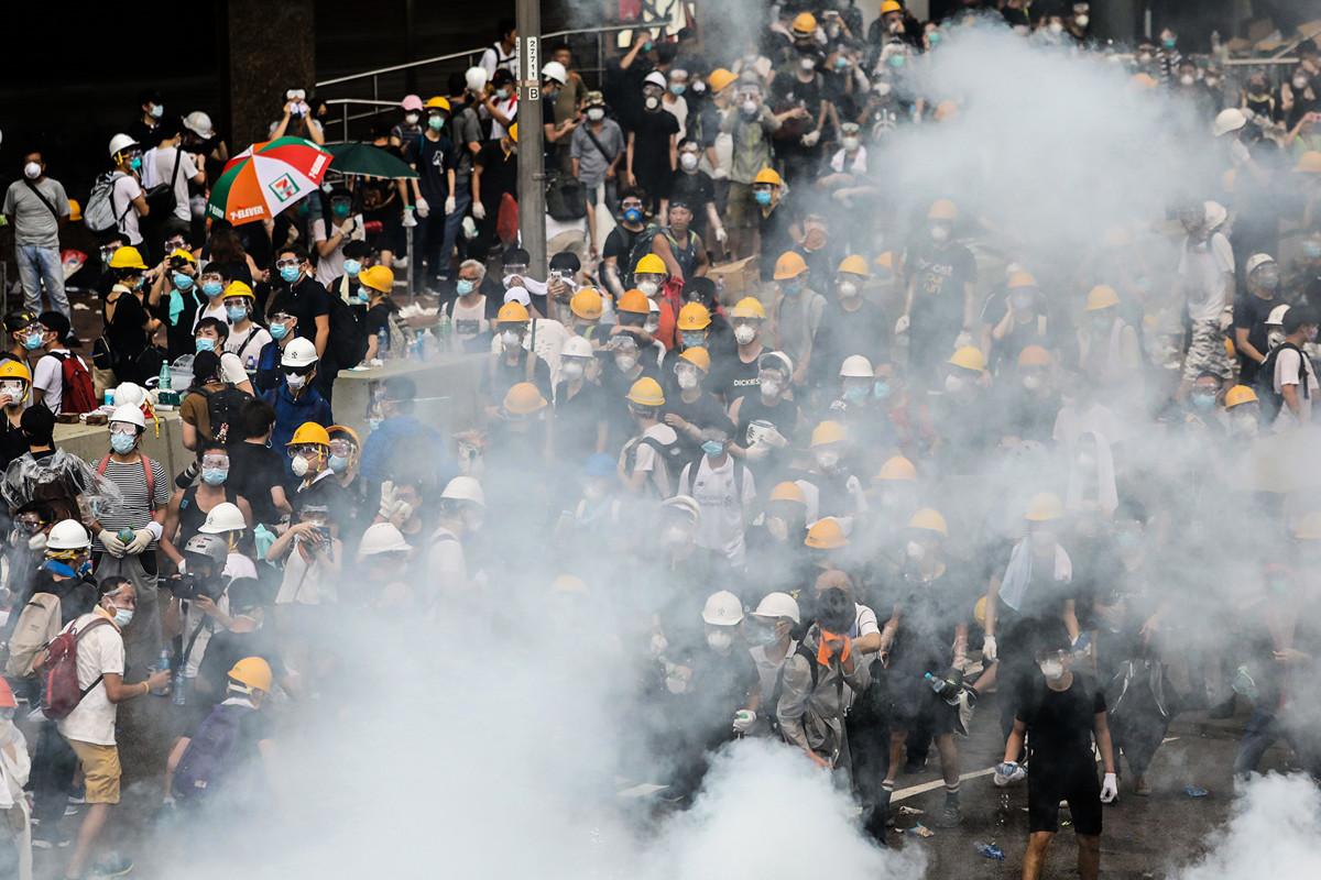 警察發射催淚彈,面對和平示威的民眾,多人受傷。(DALE DE LA REY/AFP/Getty Images)