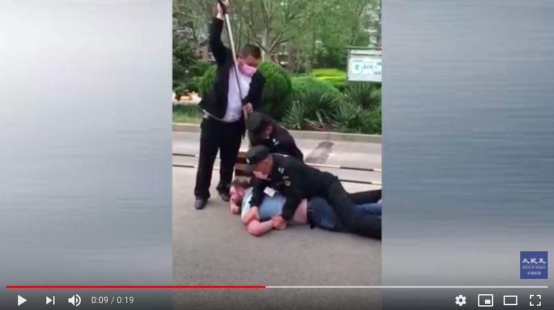 【現場影片】外國人不戴口罩 被北京保安摁翻在地