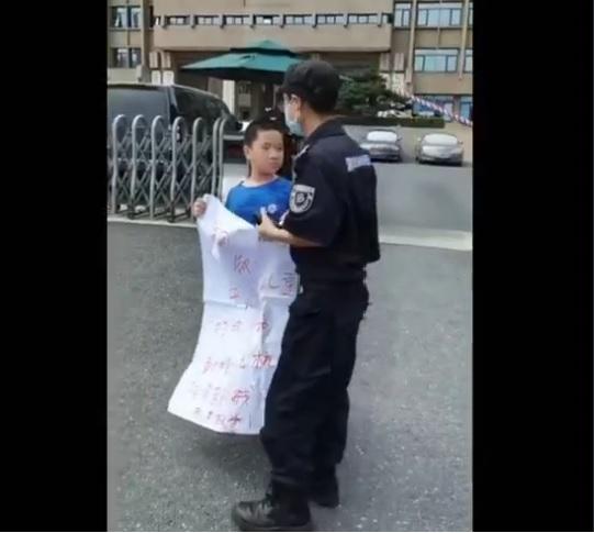 杭州毒疫苗受害者12歲的李允志和母親楊文娟到浙江省政府維權被警察強行帶走。(網路截圖)