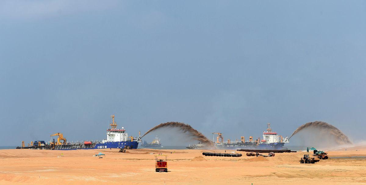 2021年2月17日,澳洲智囊發佈最新報告,敦促澳洲政府警惕並調查中共利用國企擴張海外港口對國家安全帶來的威脅。圖為2017年10月25日,中資企業在斯里蘭卡的科倫坡港口正在進行的填海工程。(ISHARA S. KODIKARA/AFP via Getty Images)