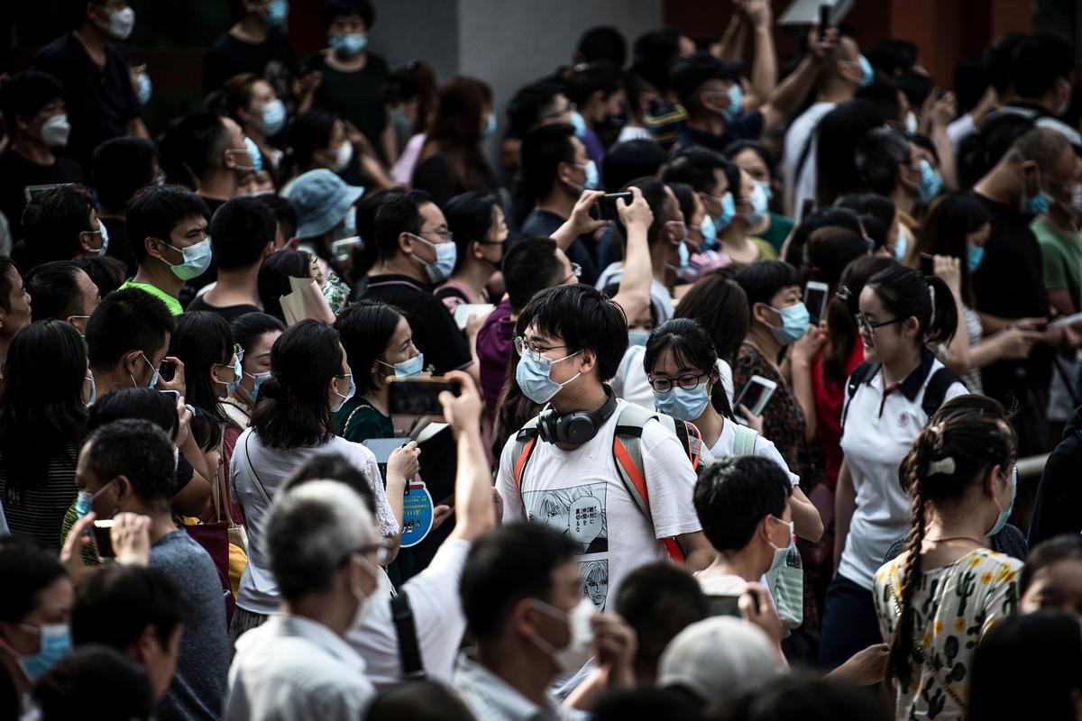 中共全國政協委員唐江澎建議高考實行雙考雙篩制,且在第二次考核中,學生可以選擇性考試。此事引爆大陸網絡。圖為2020年7月8日,武漢市參加完高考的學生。(STR/AFP via Getty Images)