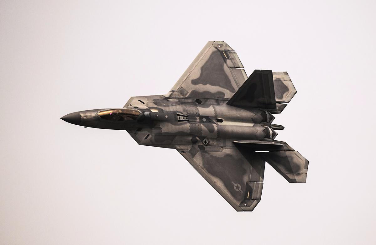 美軍F-22戰機曾經悄悄飛到伊朗戰機旁邊而未被察覺。圖為2016年3月28日,美軍一架F-22戰機在智利首都聖地牙哥的一個航空展上飛行。(MARTIN BERNETTI/AFP/Getty Images)