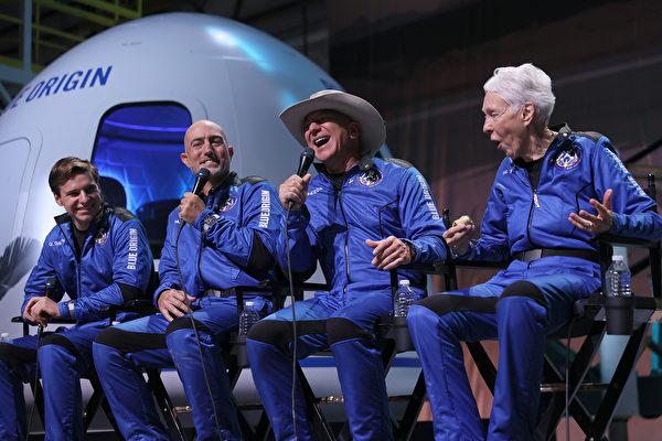 2021年7月20日,藍色起源(Blue Origin)「新謝潑德號」(New Shepard)機組人員(左起)奧利弗·戴門(Oliver Daemen)、馬克·貝佐斯(Mark Bezos)、謝菲貝索斯(Jeff Bezos)和沃利·芬克(Wally Funk)從德薩斯州範霍恩(Van Horn)成功進入太空並返回地面後舉行了新聞發佈會。——這是世界首富貝佐斯和他的公司首次載人太空之旅。(Joe Raedle/Getty Images)