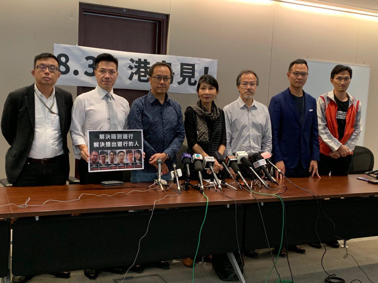 香港立法會7名議員在立法會內召開記者會。從左至右為:民主黨涂謹申,新民主同盟范國威,會計界梁繼昌,民主派會議召集人毛孟靜,工黨張超雄,法律界郭榮鏗,議會陣線朱凱迪。(駱亞/大紀元)