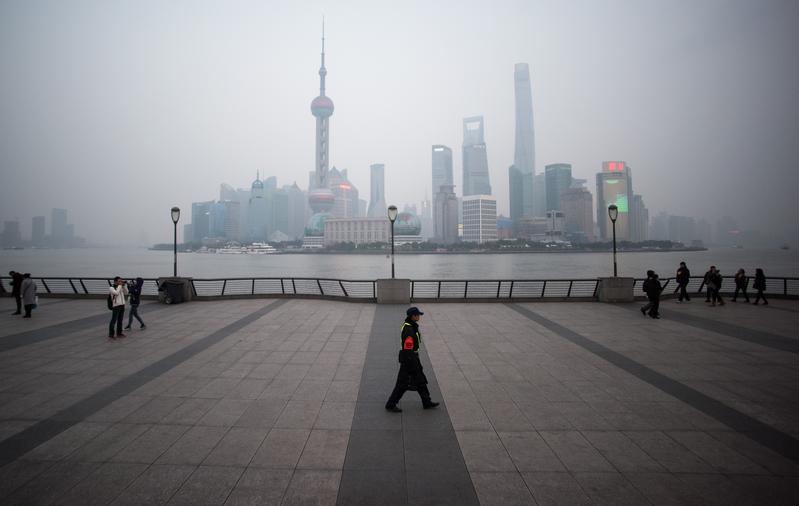圖為上海浦東新區金融區的黃浦江外灘。(JOHANNES EISELE/AFP)