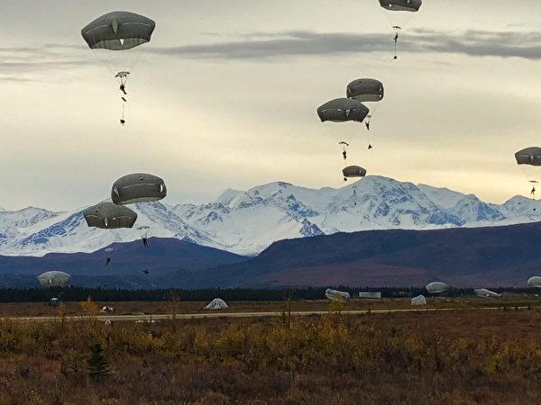2020年9月14日,美軍第25步兵師的斯巴達傘兵旅在阿拉斯加進行傘降訓練,F-22戰鬥機提供了空中支援。(美國陸軍)