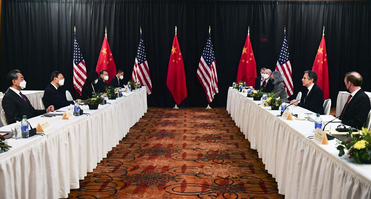 2021年3月18日,美國國務卿安東尼·布林肯(Antony Blinken)和國家安全顧問傑克·沙利文(Jake Sullivan)在阿拉斯加會晤中共最高外交官楊潔篪和外交部長王毅。布林肯和楊潔篪公開交鋒,互不相讓。(Frederic J. BROWN/POOL/AFP)