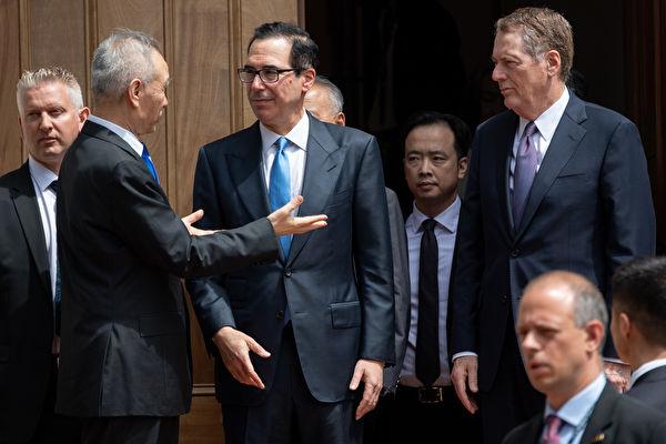 12月13日,美國和中共官方相繼宣佈,雙方已經達成第一階段貿易協議。圖為中美談判資料圖。(SAUL LOEB/AFP)