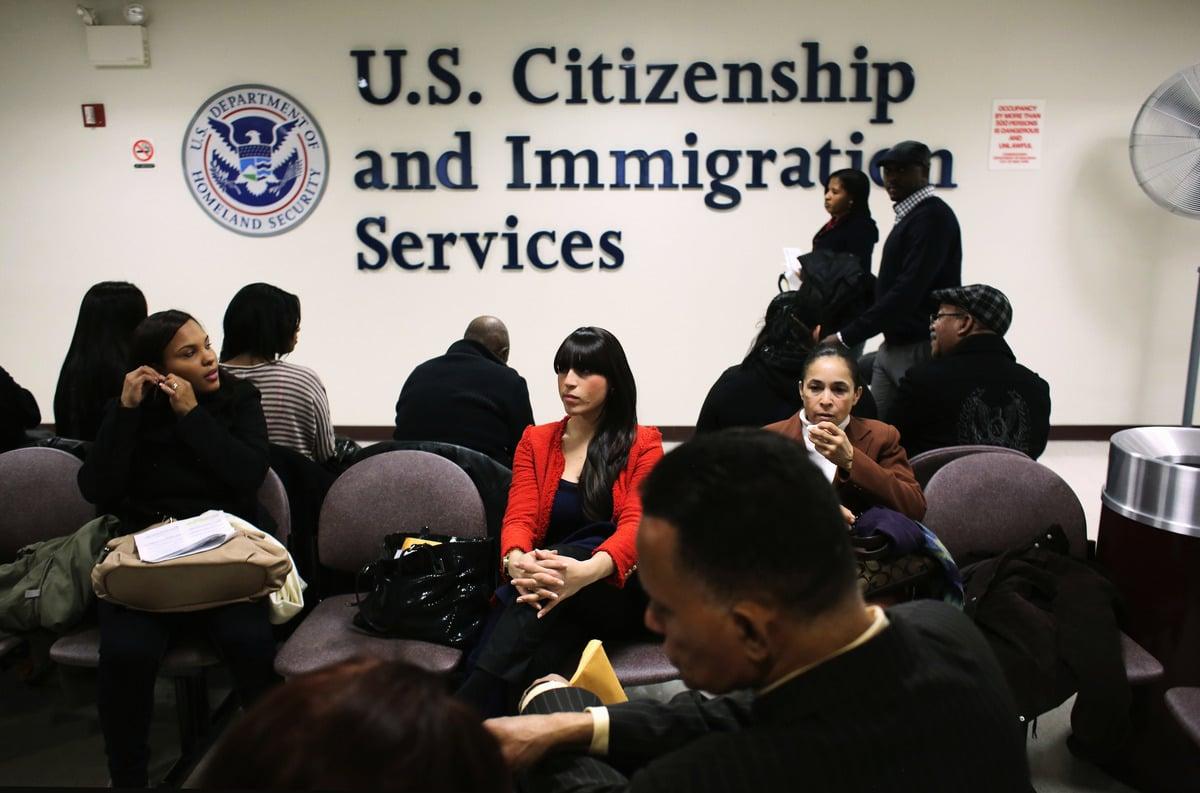 美國移民局12月6日正式宣布,申請高技能外國工人簽證(H-1B)的人士必須預先上網註冊,參加抽籤,抽中後再提交完整申請材料和費用。(John Moore/Getty Images)