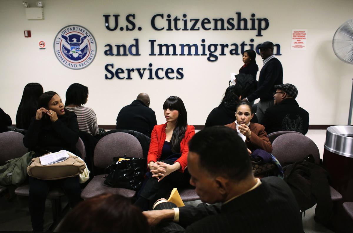 美國移民局周一(6月22日)宣佈,將進行一項法規變更,以阻止外國人出於獲得工作許可而非法入境美國,並提出虛假不實的庇護申請。圖為資料照。(John Moore/Getty Images)