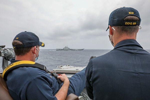 在菲律賓海上,美國海軍與中共遼寧艦近距離並架航行,美軍指揮官正在悠閒監測。(Mass Communication Specialist 3rd Class Arthur Rosen/美國海軍官方網站)