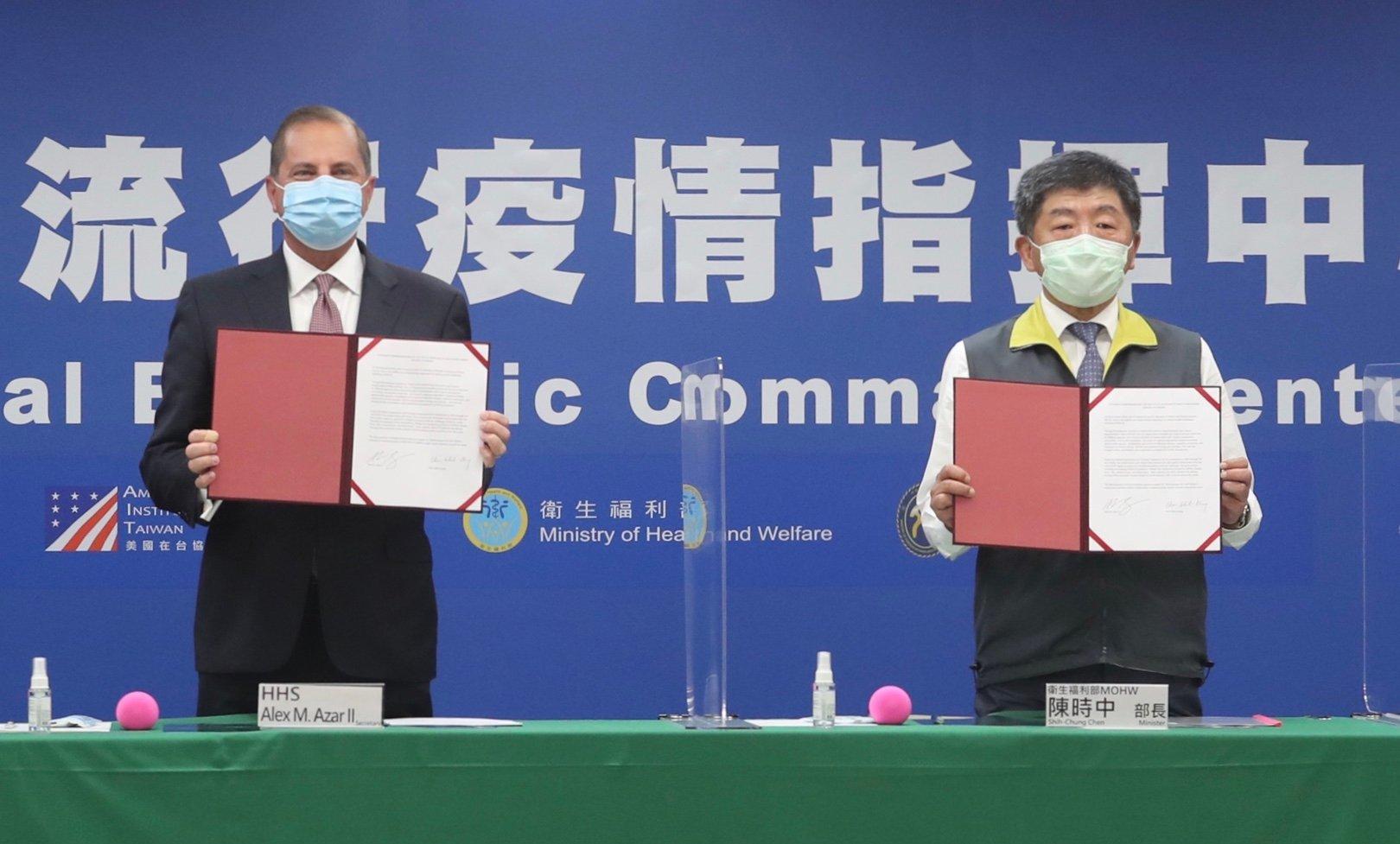 圖為美國衛生部長阿扎爾(Alex Azar)與台灣衛生福利部長陳時中2020年8月10日下午出席美台雙方「衛生合作備忘錄(MOU)」的簽署儀式。(PEI CHEN/POOL/AFP via Getty Images)