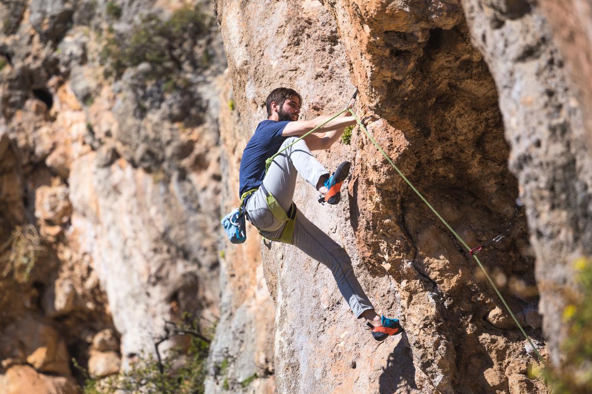 登山訓練初期,如果有必要要節省裝備、減少關節撕裂,下山前可以把水倒空。(shutterstock)