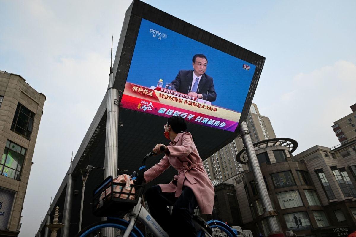 2021年3月11日,李克強在中共人大記者會上的影片在街頭一個大屏幕上播放。(STR/AFP via Getty Images)
