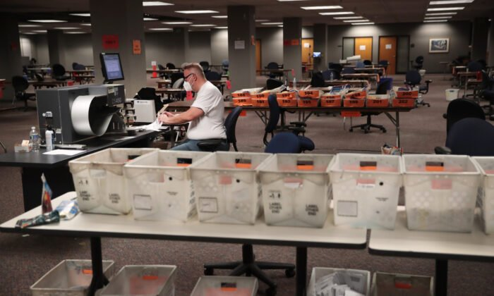 2020年11月4日,選舉官員在威斯康辛州密爾沃基市清點郵寄選票。(Scott Olson/Getty Images)