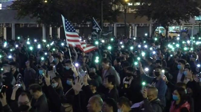 2019年12月23日晚7時,為了聲援遭港警拘捕的「星火同盟」成員,香港民間在中環愛丁堡廣場舉行「星火不息,燃點國際」集會。(影片截圖)
