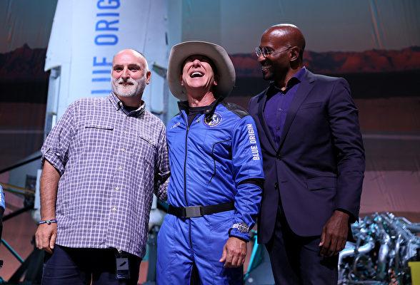 2021年7月20日,謝菲貝索斯(Jeff Bezos,中)與大廚何塞·安德烈(Jose Andres,左)和夢想行動(Dream Corps)創始人範·瓊斯(Van Jones)站在德薩斯州範霍恩(Van Horn)的火箭發射基地。當天貝佐斯作為藍色起源公司(Blue Origin)的新謝潑德(New Shepard)火箭機組成員之一成功開啟其首次載人太空之旅。之後他宣佈為該項目捐贈1億美元。(Joe Raedle/Getty Images)