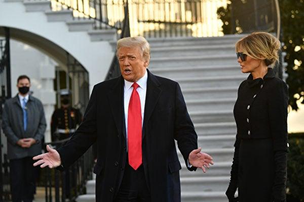 2021年1月20日,特朗普和夫人梅拉尼婭在離開白宮前,向媒體發表講話。(MANDEL NGAN/AFP via Getty Images)