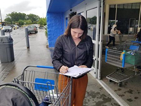 在紐約上州,民眾冒雨聯署EndCCP倡議書。(全球退黨服務中心提供)