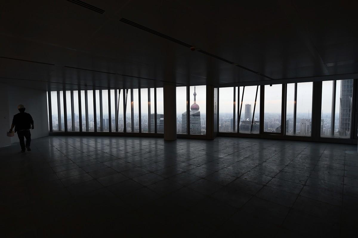 上海整個寫字樓市場空置率從去年的16.0%升高至今年的22.3%,其中,上半年優質寫字樓空置率同比升至18.0%,創近十年新高。圖為上海大廈的一個空辦公室。( JOHANNES EISELE/AFP/Getty Images)