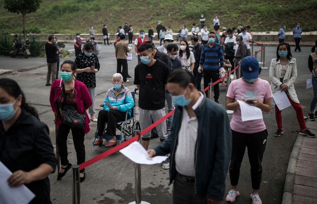 2020年5月15日,武漢當局發起十天檢測一千萬人的「大會戰」,圖為居民排隊等待接受核酸檢測。 (Photo by Getty Images)