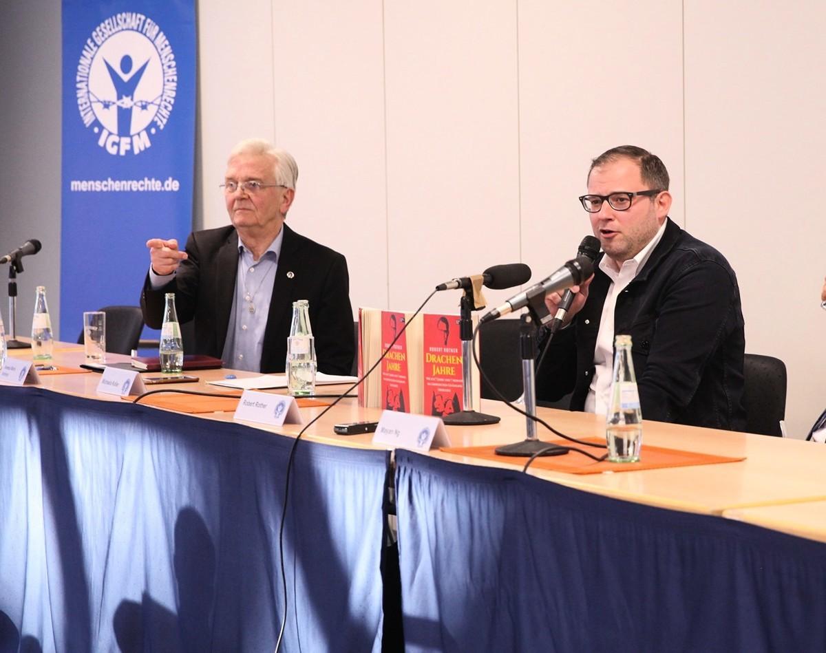 2020年3月14日,羅貝爾特.羅特先生(Robert Rother,右)在德國波恩國際人權協會(IGFM)年會上發言並回答問題。(黃芩/大紀元)