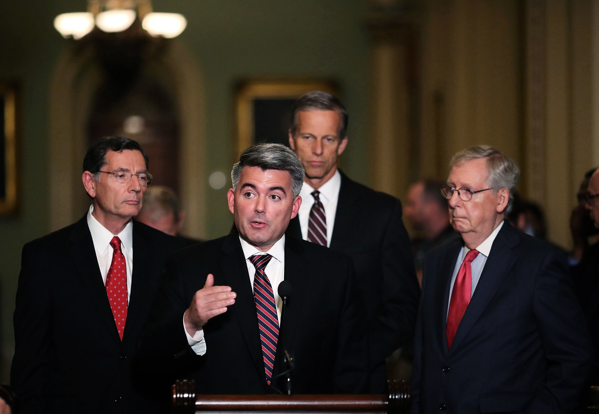 參院版本決議案是由參院外交委員會亞太小組主席賈德納(左2)提出。(Mark Wilson/Getty Images)