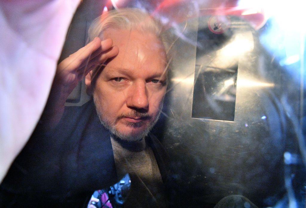 阿桑奇(Julian Assange)2006年創辦「維基解密」網站。2010年,該網站公佈了大量美國政府機密文件。為此,美國司法部指控阿桑奇犯有間諜罪。目前,阿桑奇被關押在倫敦的貝爾馬什(Belmarsh)監獄,等待引渡判決。(DANIEL LEAL-OLIVAS/AFP via Getty Images)