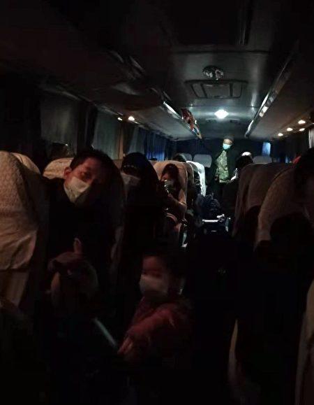 10輛滿載村民的大巴車被堵在高速出口。(微博截圖)