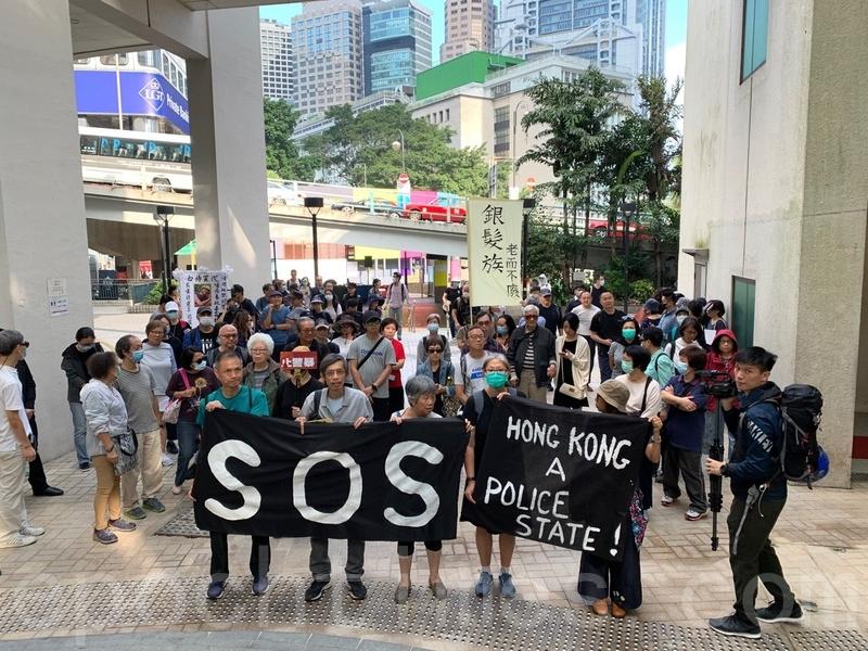 2019年11月13日,香港銀髮族在中環美領館遞信。尋求國際關注和國際援助。(韓納/大紀元)