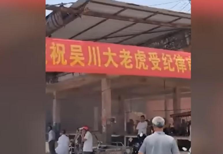 2021年4月12日,中共廣東省湛江吳川市委書記全可文被查後,當地民眾燃放鞭炮慶祝。(影片截圖)