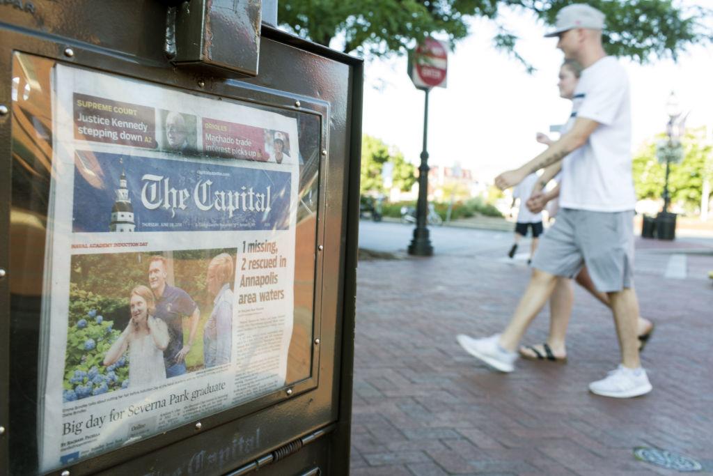 近年來,無論媒體規模大小,向電子用戶收費的做法不斷出現,逐漸形成趨勢。圖為位於美國首都哥倫比亞特區的一個報欄。(ZACH GIBSON/AFP/Getty Images)