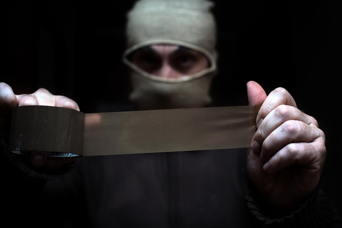 佛羅里達州一位男子製作了一系列影片,向他的粉絲展示如何擺脫各種綁架情形。圖為綁匪示意圖。(Shutterstock)