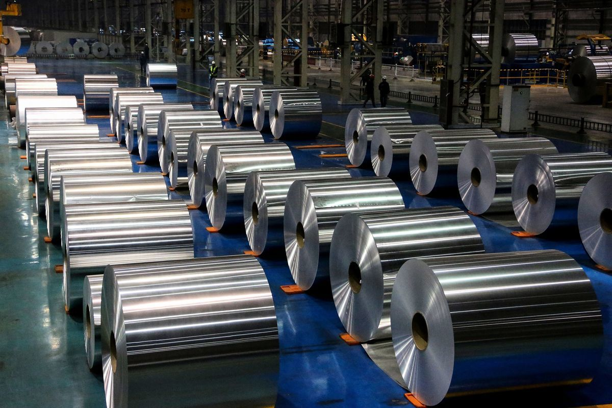 歐盟表示,在調查中國生產商是否存在低價傾銷行為時,將對中國鋁材徵收最高48%的反傾銷關稅。圖為中國山東省一家工廠的鋁卷。(STR/AFP via Getty Images)