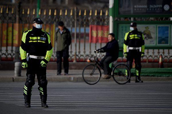 3月19日,加拿大公民斯帕沃爾(Michael Spavor)的案件在遼寧丹東中級法院開審。圖為法院外有中共警察駐守。(NOEL CELIS/AFP via Getty Images)