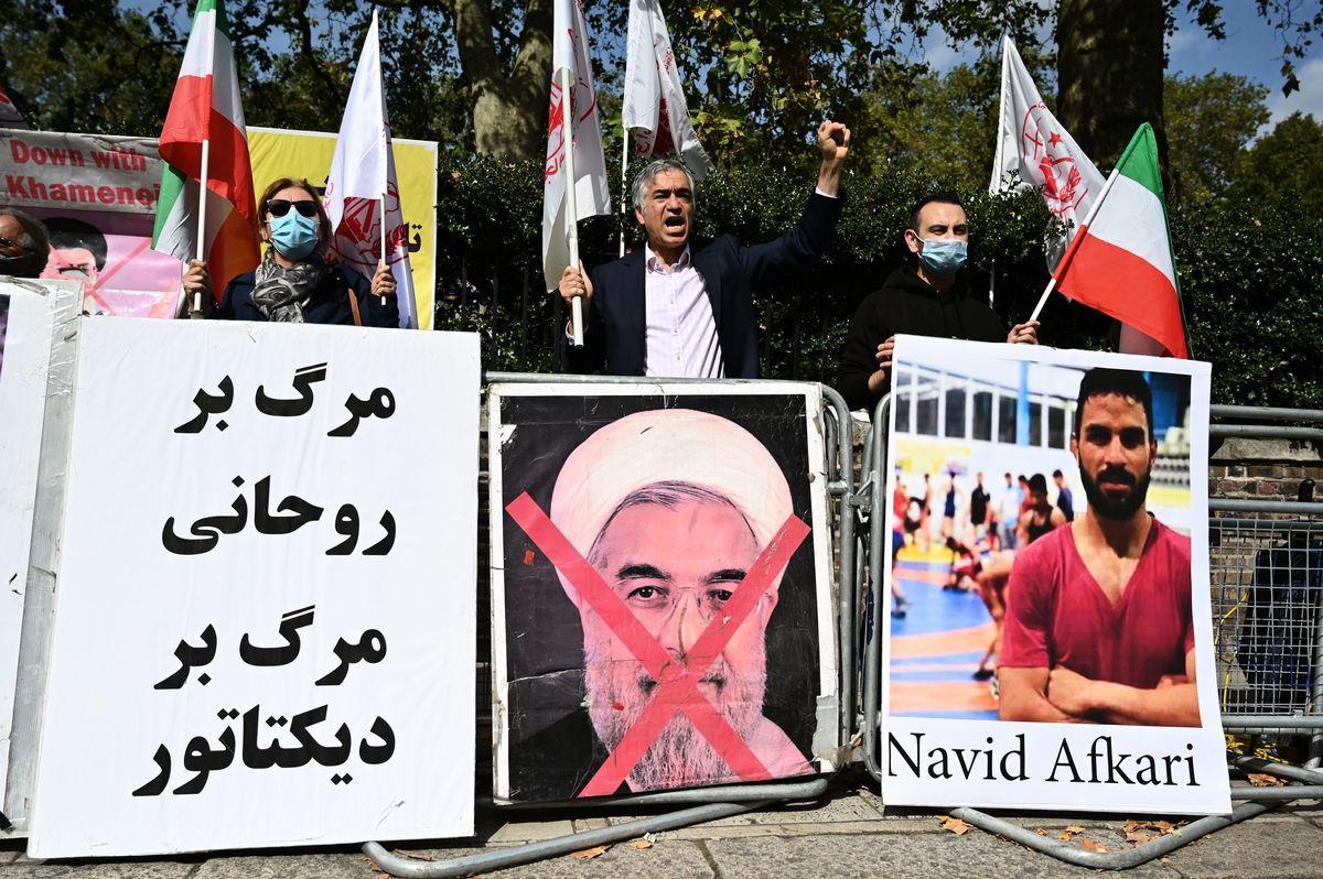 圖:2020年9月12日,抗議者在倫敦的伊朗大使館外示威,抗議伊朗當局將摔跤運動員納維德・阿夫卡里在伊朗南部城市設拉子處決。(JUSTIN TALLIS/AFP via Getty Images)