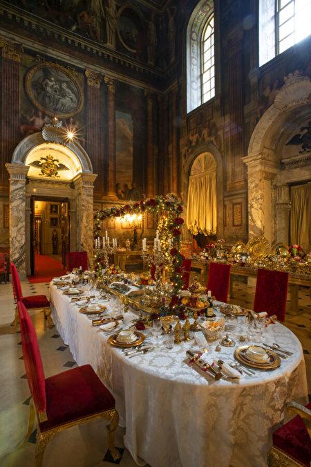 布倫海姆宮的沙龍空間換上了聖誕節的擺飾,也讓法國裝飾畫家路易·拉蓋爾(Louis Laguerre)的壁畫更添增一股華麗。(布倫海姆宮提供/Blenheim Palace)