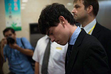 2014年8月8日,在上海中級法院,英國調查員漢弗萊(Peter Humphrey)的兒子哈維。(JOHANNES EISELE/AFP via Getty Images)