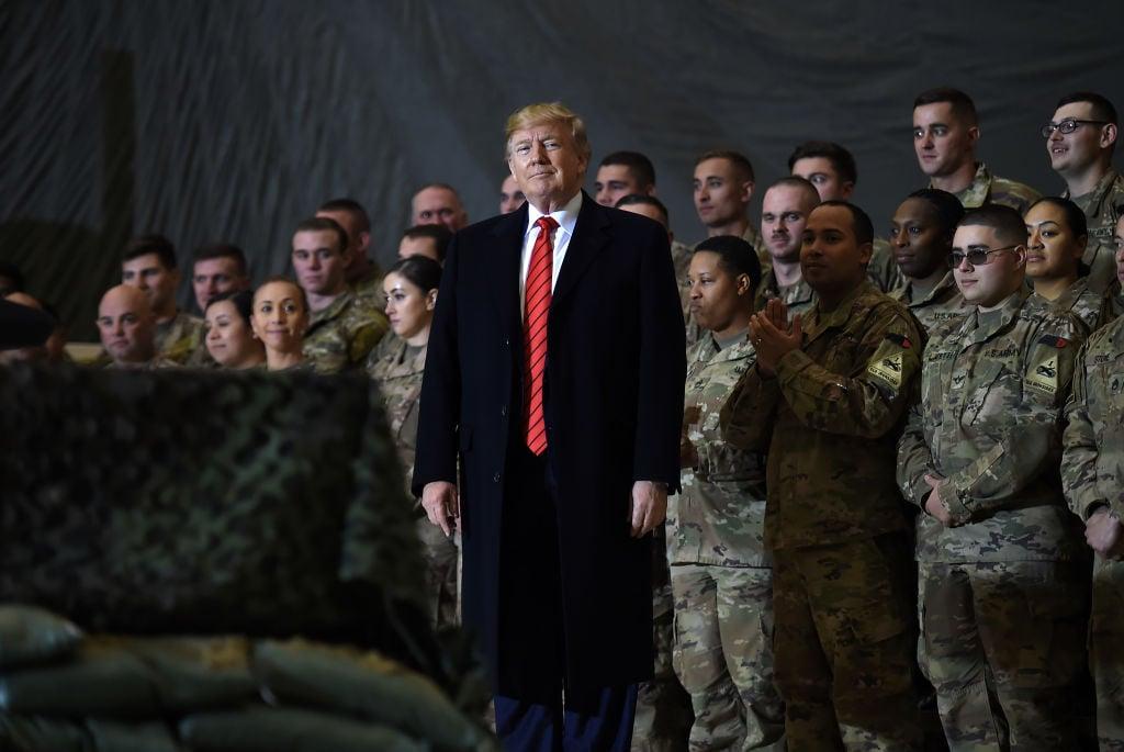 2019年11月28日,美國總統特朗普對駐巴格拉姆空軍基地的美軍進行感恩節訪問。(OLIVIER DOULIERY/AFP/Getty Images)